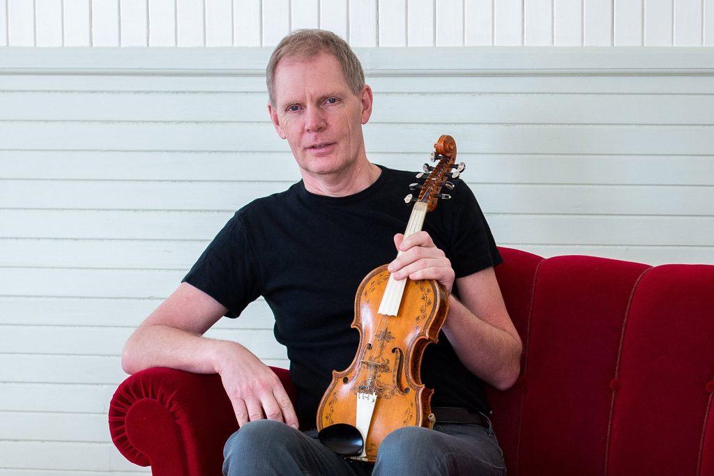 Vi kommer få lyssna och dans till Ulf Karlsson på hardingfela