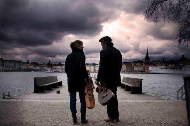 Josefina Paulsson – nyckelharpa / Jonas Åkerlund – fiol, gitarr och cittern